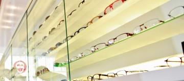 Blick auf die Auslage von Brillenmodellen in der Obernstraße