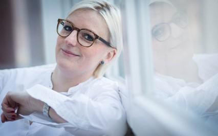 Augenoptikermeisterin Kathrin Guttmann mit einer Damenbrille von Ray-Ban
