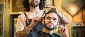 Szene aus einem Friseurgeschäft mit einem Herren der eine Brille der Marke Lindberg trägt