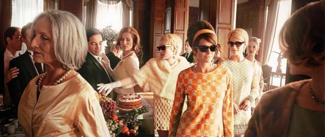 Noble Gesellschaft beim Nachmittagstee, junge Damen mit Ray-Ban Sonnebrillen
