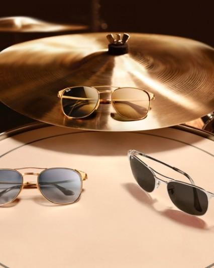 Sonnenbrillen von Ray-Ban auf einem Schlagzeug