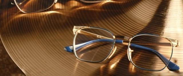 Sonnenbrillen von Ray-Ban auf einem Tisch